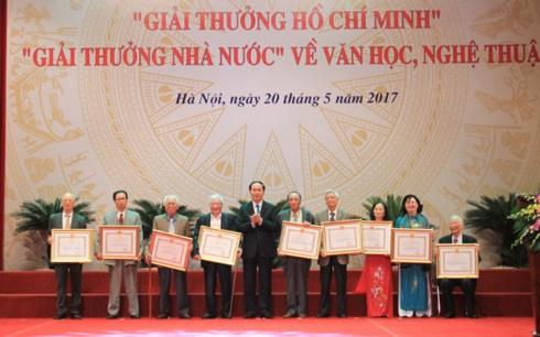 Chu tich nuoc trao giai thuong Ho Chi Minh ve van hoc, nghe thuat hinh anh 2