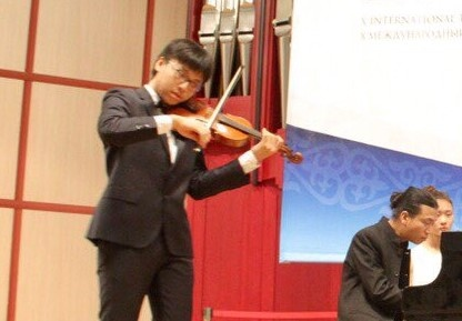 Hoc tro cua NSUT Bui Cong Duy vao top 8 cuoc thi violin danh gia hinh anh