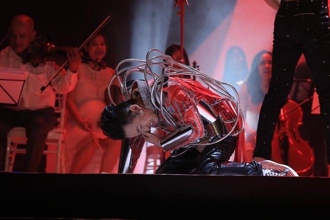 Tung Duong khong kim duoc nuoc mat trong live show rieng hinh anh