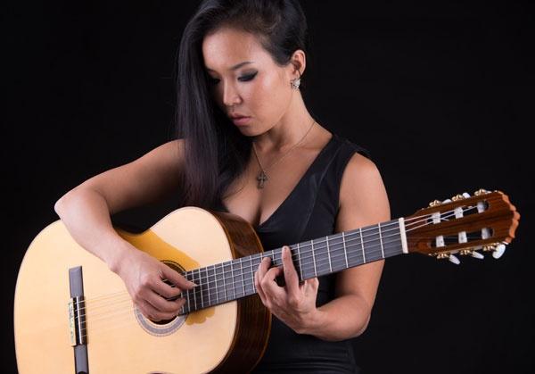 Ban cay dan yeu quy de danh thuc 'chang guitar co dien Ha thanh' hinh anh