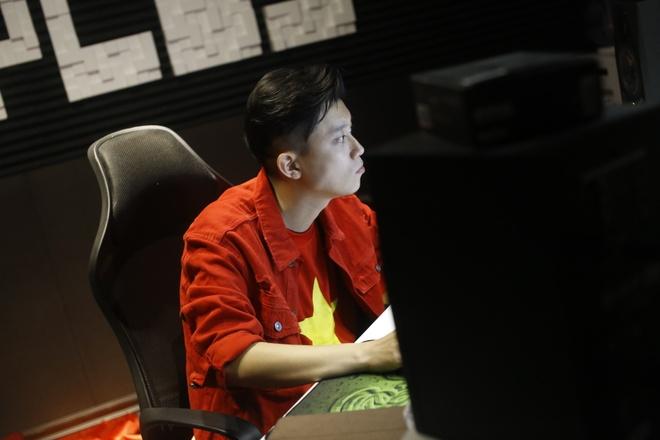 OPlus sang tac ca khuc 'Buoc chan than ky' danh tang U23 Viet Nam hinh anh 2