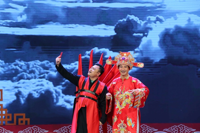 Tao Y te deo canh thien than, Tu Long khong ngung livestream hinh anh 6