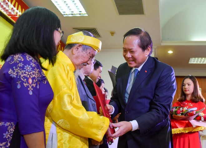 Nha nghien cuu Nguyen Dinh Tu voi giai A Sach hay hinh anh