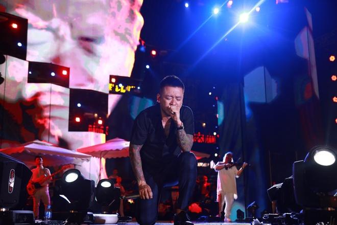 Tuan Hung khoc truoc 10.000 khan gia trong live show 20 nam ca hat hinh anh 4