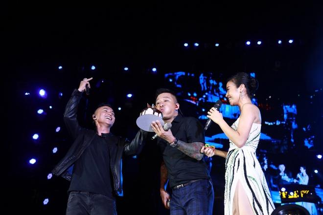 Tuan Hung khoc truoc 10.000 khan gia trong live show 20 nam ca hat hinh anh 7
