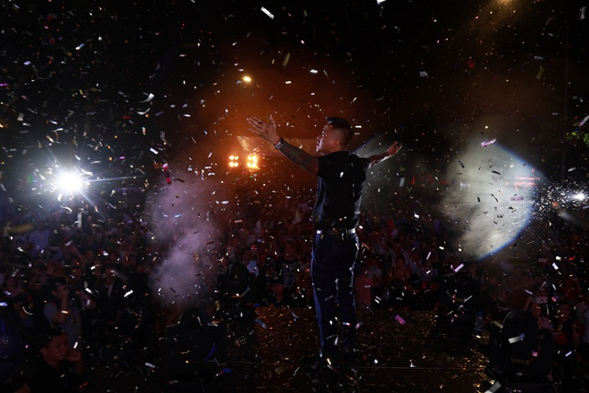 Tuan Hung khoc truoc 10.000 khan gia trong live show 20 nam ca hat hinh anh 8