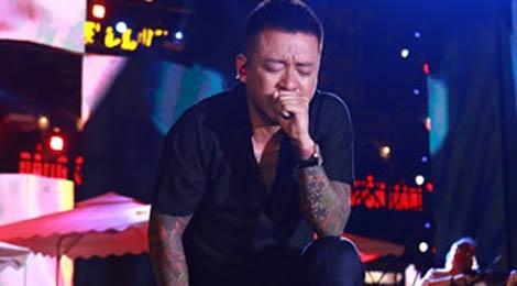 Tuan Hung khoc truoc 10.000 khan gia trong live show 20 nam ca hat hinh anh