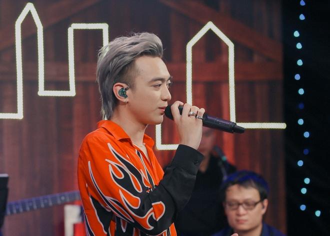 Soobin Hoang Son: 'Toi gio song khep kin, it ra duong, it len mang' hinh anh 1
