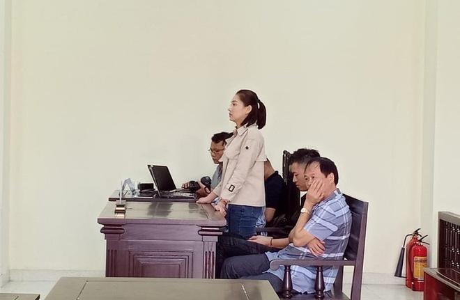 Nhiều phóng viên và người có mặt trong phiên tòa không khỏi ngỡ ngàng về cách hành xử của diễn viên Lưu Đê Ly.