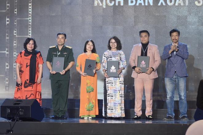 Tran Thanh vang mat du doat giai Nam dien vien chinh xuat sac hinh anh 9