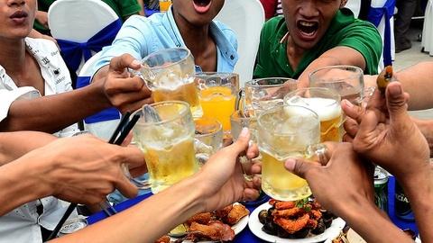 Ép nhau đến say xỉn và sự ngộ nhận về 'bản lĩnh' đàn ông - Đời sống