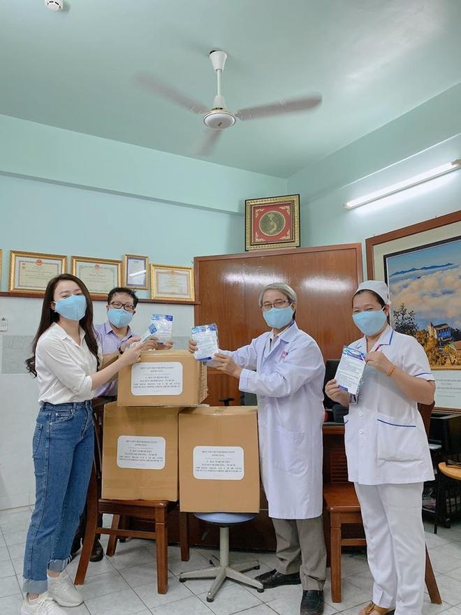 Huynh Hong Loan tang 3.000 khau trang cho benh vien hinh anh 2 90249274_2659566374170032_22930761673867264_o.jpg