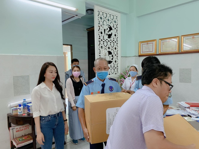 Huynh Hong Loan tang 3.000 khau trang cho benh vien hinh anh 1 90999723_2659567440836592_804090746226343936_o.jpg