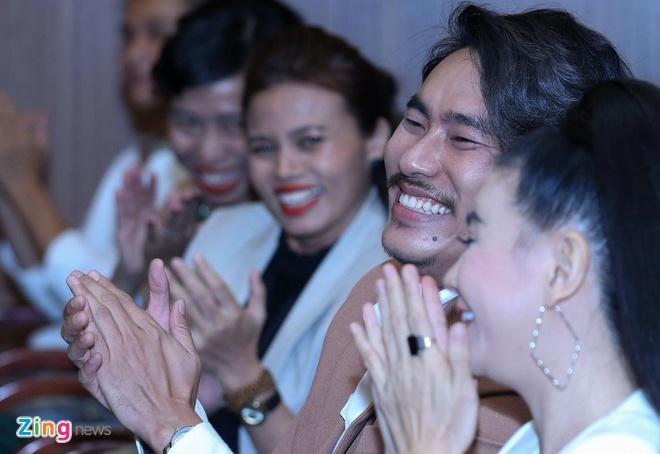 Kieu Minh Tuan nhan giai canh dieu vang anh 2