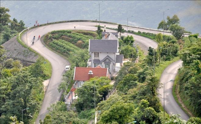 Tam Dao mu suong hinh anh 2 Để đến được Tam Đảo phải vượt qua 13km đường đèo dốc khá khó đi. Nhưng bù lại quang cảnh hai bên đường đi rất nên thơ.