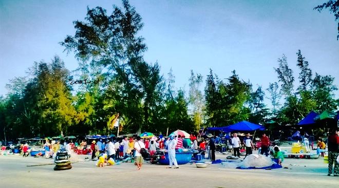 Nhon nhip lang chai vung bien vang hinh anh 3 Khung cảnh nhộn nhịp của làng chài Bến Dinh.