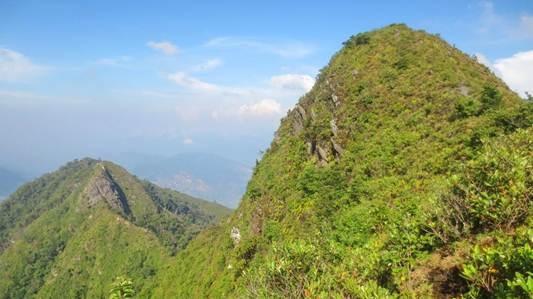 Chinh phuc 3 dinh Ta Xua hinh anh 6 Sống lưng 2, 3 nhìn từ đỉnh cao thứ ba 2.600m.