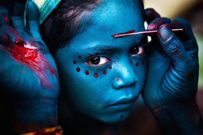 """An tuong anh doat giai 'Anh du lich 2014' hinh anh 8 Ảnh Sự hoá trang thiêng liêng của Mahesh Balasubramanian. Bức ảnh ghi lại khoảnh khắc hóa trang cho lễ hội """"The Mayana Soora Thiruvizha"""" được tổ chức tháng 3 hằng năm ở ngôi làng nhỏ thuộc Kaveripattinam, Ấn Độ. Mahesh Balasubramanian - Ảnh: National Geographic"""