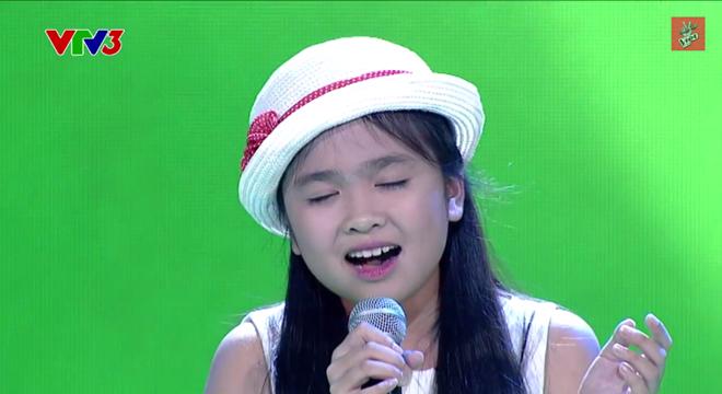 Cô bé xinh xắn với giọng hát làm xiêu lòng khán giả.