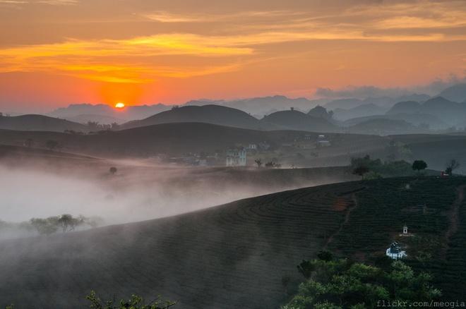 Nếu có dịp thức dậy đón bình minh ở Mộc Châu vào một ngày nắng nhiều sương bạn sẽ được chiêm ngưỡng một vẻ đẹp kỳ ảo của cao nguyên này. Ảnh: Mèo Già