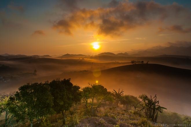 Khi mặt trời như hòn lửa vừa ló dạng, cũng là lúc bạn nhìn rõ những lớp sương mỏng manh như khói bao trùm cả một vùng đồi núi. Tia nắng của một ngày mới làm cho những lớp sương dần tan từ từ tạo ra những khung cảnh tuyệt đẹp. Ảnh: Mèo Già