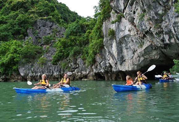 Thu nhung tro choi cam giac manh moi du nhap vao Viet Nam hinh anh 12 Chèo thuyền kayak tại Vịnh Hạ Long.