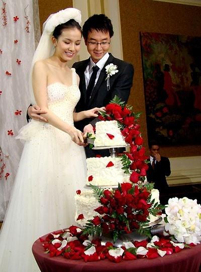 Nhưng may mắn đến khi một nhan sắc không quá rực rỡ như Thùy Lâm lại đăng quang Hoa hậu Hoàn vũ Việt Nam 2008, sau đó là Top 15 Hoa hậu Hoàn Vũ thế giới. Đến đây thì Thùy Lâm thấy đủ. Cô lên xe hoa với mối tình 5 năm, cũng là tình đầu, giã từ showbiz và sinh liền tù tì hai con 1 trai 1 gái.  Tin tức nguồn: http://www.xaluan.com/modules.php?name=News&file=article&sid=971467#ixzz3Ddl4yMJ1 doc tin tuc www.xaluan.com