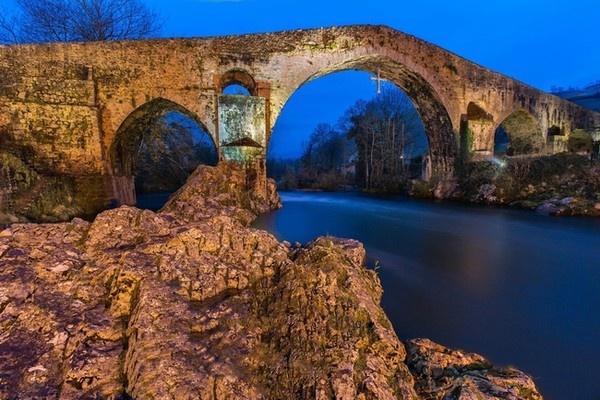 Cau Rong lot top 20 cay cau dep an tuong tren the gioi hinh anh 15 14. Cầu Cangas de Onís - Tây Ban Nha đươc xây dựng từ thời Trung cổ.