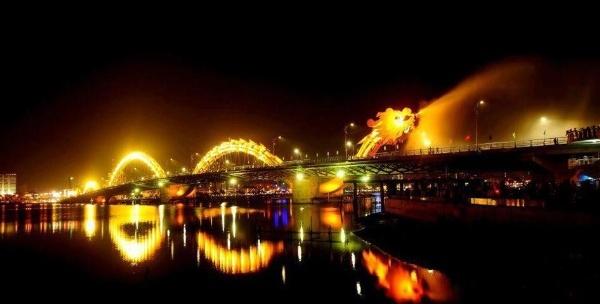 Cau Rong lot top 20 cay cau dep an tuong tren the gioi hinh anh 1 Cầu Rồng là một trong 9 cây cầu bắc qua sông Hàn của thành phố Đà Nẵng. Cầu được thực hiện dựa theo hình tượng Rồng thời nhà Lý bay ra biển Đông  với tổng chiều dài 666m có thể phun ra lửa và nước. Buổi tối, cây cầu mang vẻ đẹp vô cùng huyền ảo với hàng nghìn bóng đèn LED.