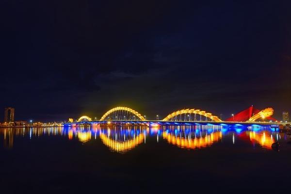 Cau Rong lot top 20 cay cau dep an tuong tren the gioi hinh anh 2 Bên cạnh đó, hệ thống thiết kế chiếu sáng của cầu Rồng cũng được Hiệp hội các nhà thiết kế ánh sáng chuyên nghiệp vinh danh, đây là một trong những giải thưởng qua trọng nhất của ngành kiến trúc thế giới. Ban tổ chức của lễ trao giải nhận định hệ thống chiếu sáng của cây cầu