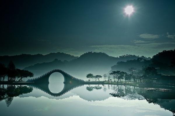 Cau Rong lot top 20 cay cau dep an tuong tren the gioi hinh anh 4 2 Cầu Mặt Trang - Đài Loan trông vô cùng thơ mộng khi in bóng xuống mặt hồ yên ả.