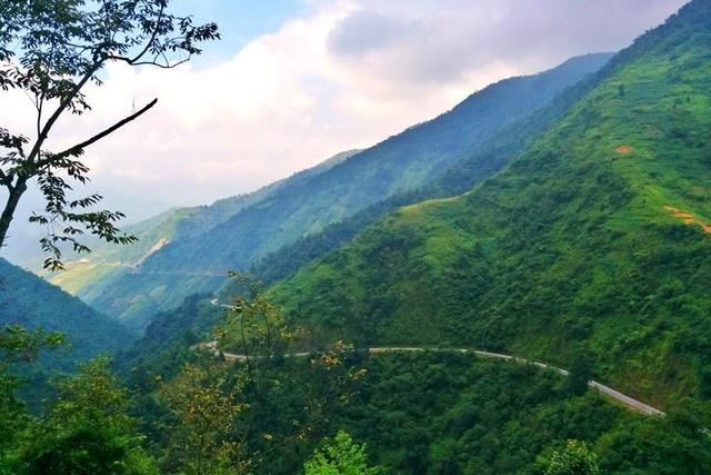Ngam 'tu dai dinh deo' huyen thoai cua Tay Bac hinh anh 14 Đèo Khau Phạ là một trong những cung đường đèo quanh co và dốc đứng thuộc hàng bậc nhất nước ta, vượt qua đỉnh núi Khau Phạ, ngọn núi cao nhất vùng Mù Cang Chải. Đèo có độ dài trên 30km, nằm ở khu vực giáp giới giữa huyện Văn Chấn và huyện Mù Cang Chải của tỉnh Yên Bái. (Ảnh: Trang Pear)