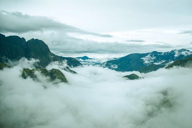 Ngam 'tu dai dinh deo' huyen thoai cua Tay Bac hinh anh 8 Khi đi qua đèo Ô Quy Hồ với mây vờn xung quanh núi, du khách cảm giác thư thái, quên hết những bộn bề của cuộc sống thường ngày. (Ảnh: Vũ Đình Tú)