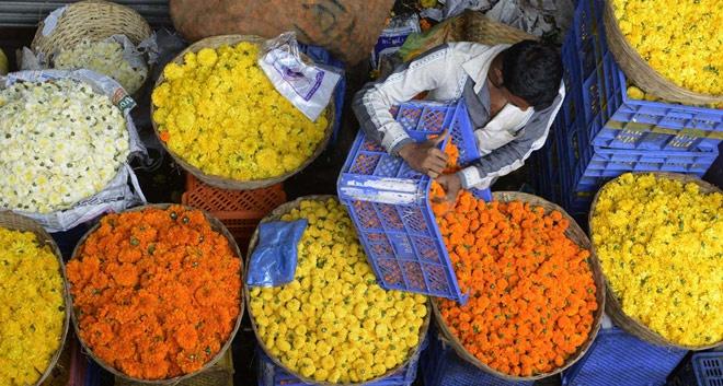 10 cho hoa noi tieng nhat the gioi hinh anh 6 Phool Mandi, Ấn Độ: Các loài hoa từ khắp nơi trên thế giới được đưa về một trong những chợ hoa độc đáo và lớn nhất châu Á này. Đây là chợ bán buôn, những bó hoa huệ, cúc và ly đều to hơn bình thường. Cúc vạn thọ màu cam sáng, loại hoa hay được sử dụng để kết vòng, được bán theo những túi to. Chợ hoa này bắt đầu từ sáng sớm và kết thúc lúc 9h sáng.