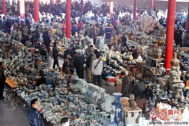Nhung khu cho gia re dong khach nhat the gioi hinh anh 2 Chợ đồ cổ Panjiayuan, Bắc Kinh, Trung Quốc: Khu chợ này bày bán rất nhiều món đồ cổ, nhưng bạn phải thật sành sỏi mới có thể chọn ra những món có giá trị xứng đáng với số tiền bỏ ra. Ảnh: News.cang.com