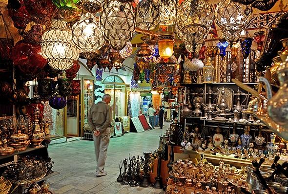 Nhung khu cho gia re dong khach nhat the gioi hinh anh 4 Chợ Grand Bazaar, Istanbul: Không nơi nào trên thế giới những người bán hàng có thể nói nhiều ngôn ngữ để thu hút khách như ở Grand Bazaar. Đây là một trong những chợ có mái che lớn nhất thế giới, thu hút hàng trăm ngàn lượt khách mỗi ngày. Ảnh: Tourismopend.com.au