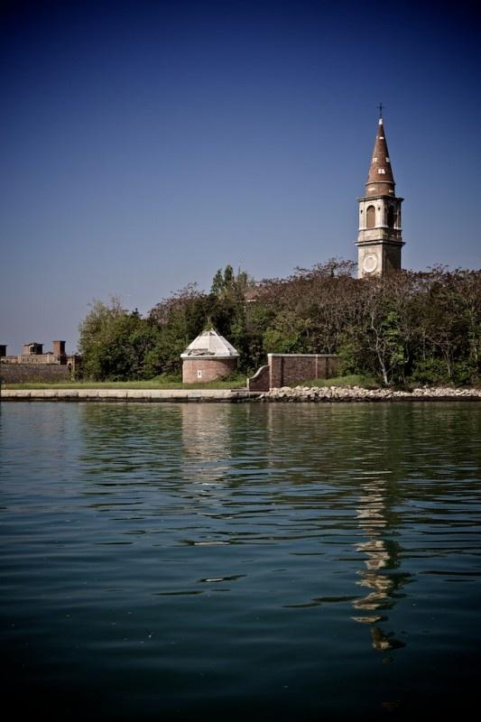 Hon dao chet choc va nhung cau chuyen ma quai hinh anh 3 Tháp chuông - một trong những kiến trúc lâu đời nhất trên đảo, còn sót lại duy nhất của một nhà thờ thế kỷ 12 đã bị bỏ rơi và phá hủy hàng trăm năm trước. Tòa tháp được biến thành một ngọn hải đăng trong thế kỷ 18.
