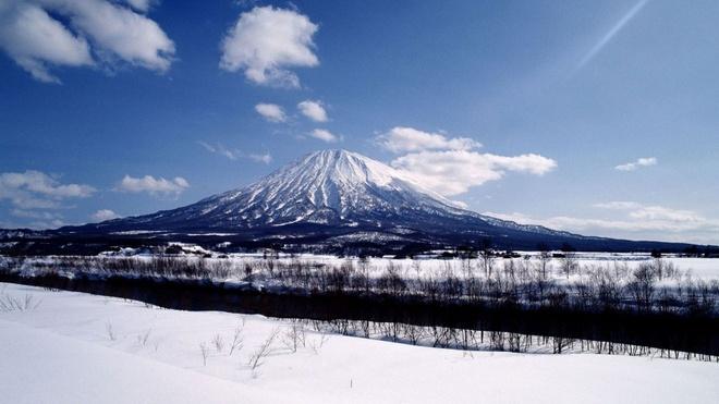 10 kieu du lich mao hiem nhat the gioi hinh anh 2 10. Trượt tuyết xuống miệng núi lửa (Nhật Bản): Đối với một số nhà trượt tuyết mạo hiểm, trượt dọc vách núi tuyết chưa thể thỏa mãn, mà phải trượt vào núi lửa đang hoạt động mới đủ thích. Nằm ở hòn đảo phía Bắc Hokkaido của Nhật, Núi Yotei là địa điểm tuyệt vời để có được trải nghiệm leo núi 6-8 tiếng sau đó trượt từ trên núi xuống, thẳng vào miệng núi lửa. Trung bình mỗi năm có khoảng 20 nhà trượt tuyết làm được việc này.