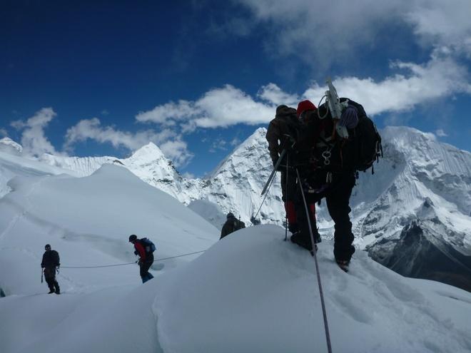 10 kieu du lich mao hiem nhat the gioi hinh anh 11 1. Leo núi tuyết (Nepal): Có hơn 2.200 người đã từng leo lên ngọn núi cao nhất thế giới Everest, và gần 200 người đã thiệt mạng. Một trong những điều khó khăn nhất là những người dẫn đường năm nào cũng phải tìm đường mới, bởi sự dịch chuyển của băng tuyết. Núi tuyết Khumbu là một trong những con đường nguy hiểm nhất dẫn tới đỉnh Everest. Người ta thường phải bắt đầu leo từ rất sớm, vài tiếng trước khi mặt trời mọc, để tránh băng tuyết rơi.