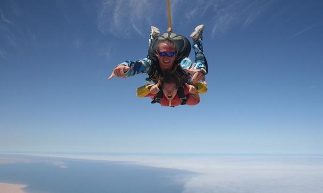 10 kieu du lich mao hiem nhat the gioi hinh anh 8 4. Rơi tự do (Skydiving) (Châu Phi): Đây là một trong những môn thể thao mạo hiểm được ưa chuộng nhất trên thế giới. Bạn nhảy ra từ một máy bay, rơi tự do, và tự quyết định thời điểm mở dù. Bạn có thể xuất phát từ Livingstone (Zambia), đích đến là Thác Victoria - một trong những thác nước tuyệt mỹ nhất thế giới, và... rơi.