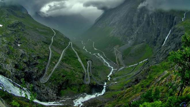 10 kieu du lich mao hiem nhat the gioi hinh anh 6 6. Trượt ván longboarding (Norway): Môn thể thao này đang ngày càng được ưa chuộng. Khác với trượt ván thông thường, trượt ván longboarding thường ở nơi không gian rộng rãi với các con đường dài và nhiều khúc quanh. Trong ảnh là tuyến đường Troll nổi tiếng của Norway với 11 khúc ngoặt ấn tượng xếp thành hàng.