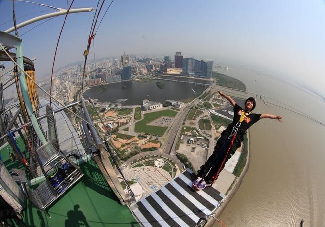 10 kieu du lich mao hiem nhat the gioi hinh anh 5 7. Nhảy cầu bungee (Macau): Với độ cao 233m, thiết kế tại tầng 61 của tòa Tháp Macau, đây là một trong những địa điểm nhảy