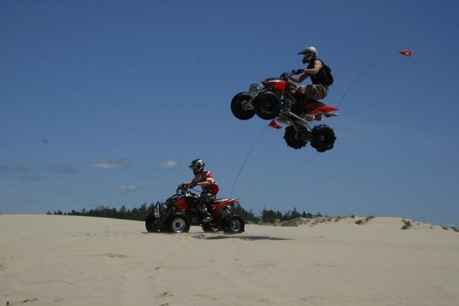 10 kieu du lich mao hiem nhat the gioi hinh anh 4 8. Đua xe việt dã (Oregon):  Nếu bạn là người mê tốc độ, vậy thì hãy thuê một chiếc xe địa hình, tận hưởng cảm giác khoan khoái khi bỏ lại đằng sau từng vệt cát dài trên bãi biển Oregon.