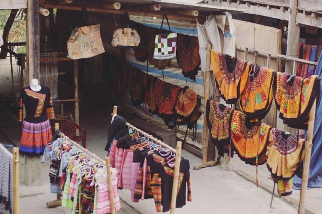 Tim binh yen o thung lung Mai Chau hinh anh 6 Váy áo hoa xòe, thổ cẩm được treo khắp nơi trong bản, tạo nên một bản hòa tấu vui nhộn của màu sắc