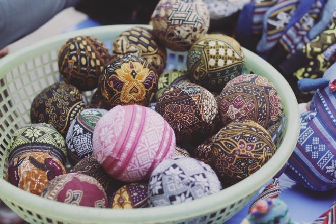 Tim binh yen o thung lung Mai Chau hinh anh 7 Những quả bóng làm từ vải vụn thổ cẩm được bán với giá 10.000 đồng.