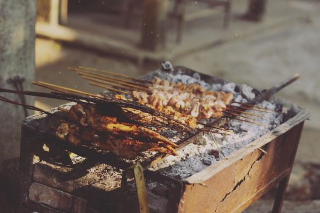 Tim binh yen o thung lung Mai Chau hinh anh 9 Thịt lợn rừng nướng thơm lừng một góc bản làng.