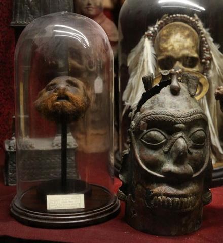Bao tang chuyen suu tap nhung thu dang so, khac thuong hinh anh 6 Những tác phẩm nghệ thuật nổi tiếng như tranh của danh họa Picasso hay xương thú, xương người cũng có mặt trong bảo tàng.