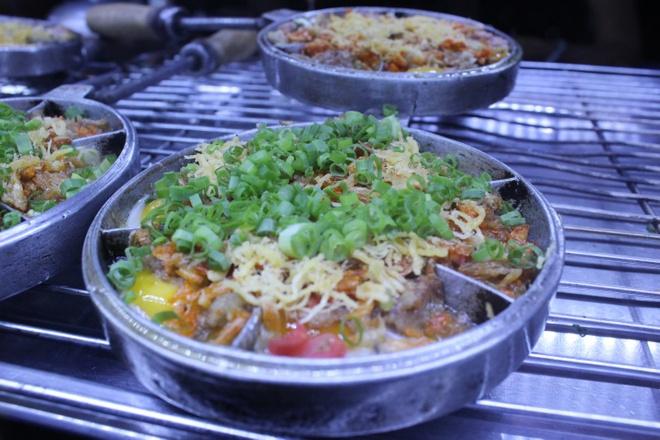 Viet Nam, noi dau cung la nha hinh anh 2 Món trứng cút nướng rất lạ được bày bán ở chợ đêm tại bến Ninh Kiều.