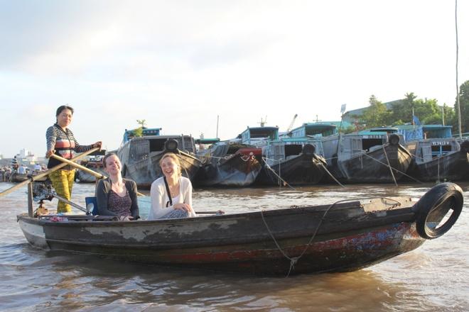 Viet Nam, noi dau cung la nha hinh anh 4  Những người bạn nước ngoài cực kì thích thú trong chuyến tham quan văn hóa này.