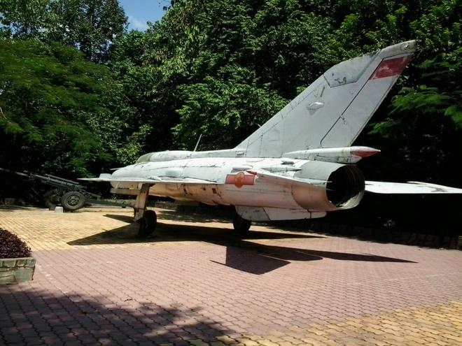 Den dia dao Cu Chi: Di dep rau, chui ham toat mo hoi hinh anh 10 Xác máy bay, đại pháo trưng bày tại khu tái hiện căn cứ kháng chiến.